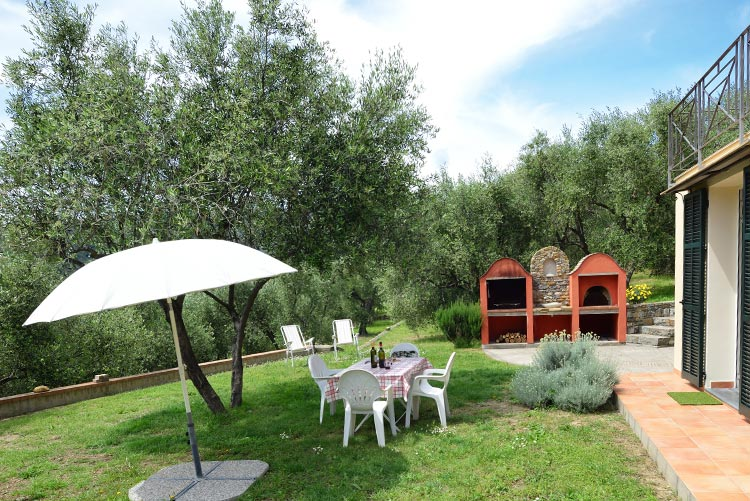 Colibrì apartment: garden | Costadoro Holiday Home in Imperia