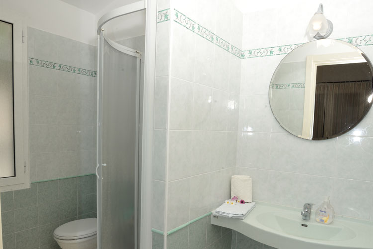 Joy apartment: bathroom | Costadoro Holiday Home in Imperia