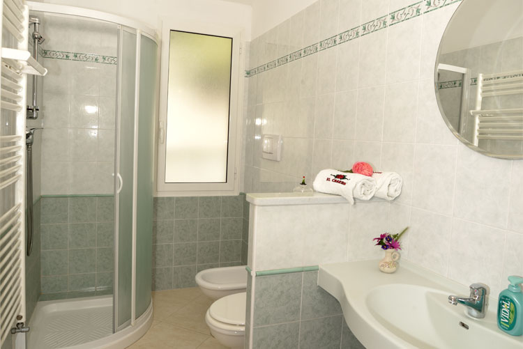 Mirage apartment: bathroom | Costadoro Holiday Home in Imperia